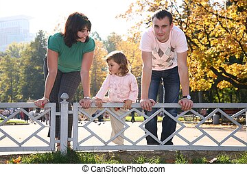 familia , en el parque, en, parapeto