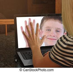 familia , en, leva de la tela, computador portatil, juntos