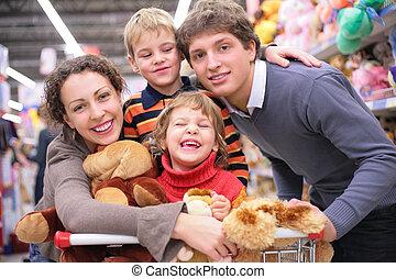familia , en, tienda, con, juguetes
