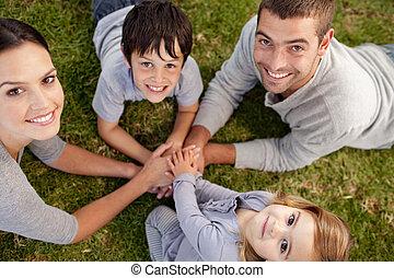 familia , en, un, jardín, sonriente
