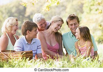 familia , en, un, picnic, sonriente