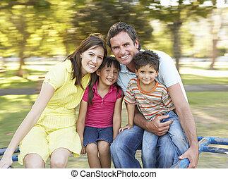 familia , equitación, en, indirecto, en el estacionamiento