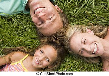 familia , estar tendido en la hierba, sonriente