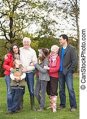 familia extendida, grupo, en, caminata, por, campo