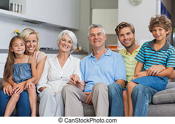 familia extendida, sentar sofá, en, sala