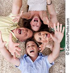 familia feliz, acostado, con, su, cabezas, muy cerca, y, gritos