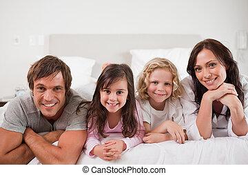 familia feliz, acostado, en, un, cama