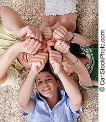 familia feliz, acostado, y, actuación, thumps, arriba, juntos