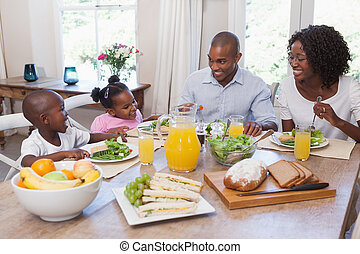 familia feliz, almorzar, juntos