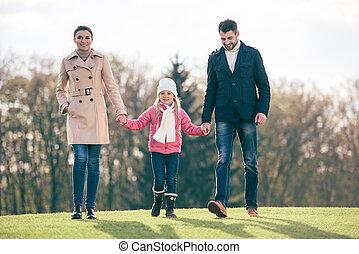familia feliz, ambulante, en el estacionamiento