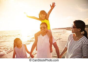 familia feliz, ambulante, en la playa