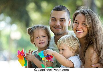 familia feliz, ambulante, por, parque