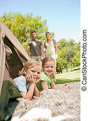familia feliz, campamento, en el parque