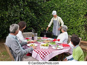 familia feliz, comida, en el jardín