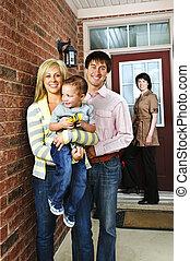 familia feliz, con, agente inmobiliario
