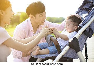 familia feliz, con, bebé, en el parque