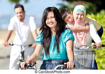 familia feliz, con, bicicletas