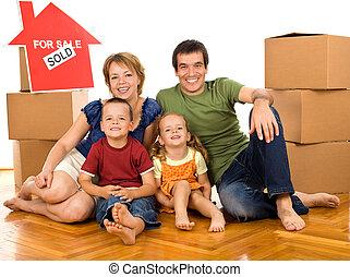 familia feliz, con, cajas de cartón, mover, un, nuevo hogar