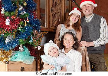 familia feliz, con el niño, en, sombreros de navidad