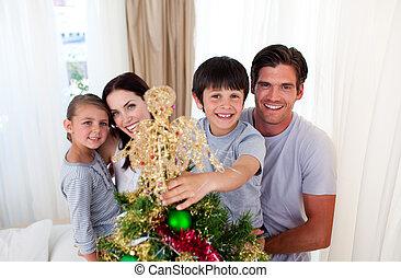 familia feliz, decorar, un, árbol de navidad, en, el, sala de estar
