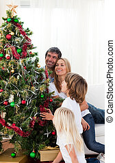 familia feliz, decorar, un, árbol de navidad