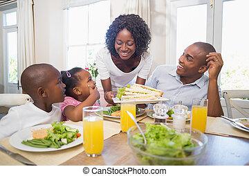 familia feliz, el gozar, un, comida sana, juntos