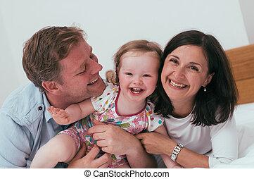 familia feliz, en cama