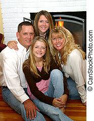 familia feliz, en casa, 2