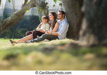 familia feliz, en, ciudad, jardines, relajante, durante, vacaciones