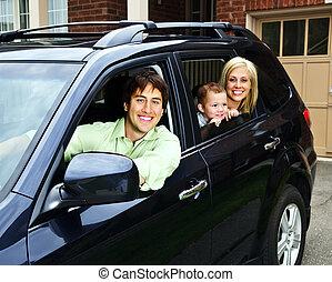 familia feliz, en coche