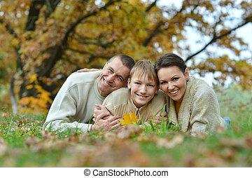 familia feliz, en el estacionamiento, acostado, o