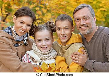 familia feliz, en el estacionamiento