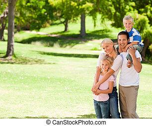 familia feliz, en el parque