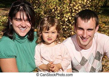 familia feliz, en el parque, en, otoño