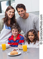 familia feliz, en la cocina
