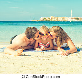 familia feliz, en la playa, vacation.