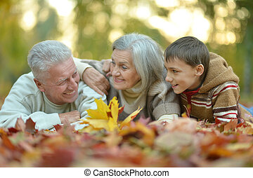 familia feliz, en, otoño, parque