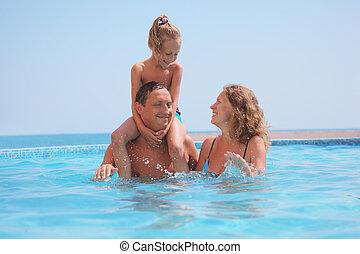 familia feliz, en, piscina, en, mar, fondo., hija, se...