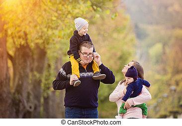 familia feliz, en, un, parque de la ciudad