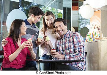 familia feliz, helado, teniendo, hombre