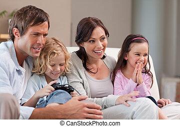 familia feliz, jugando juegos video, juntos