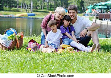 familia feliz, jugar juntos, en, un, picnic, aire libre