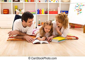 familia feliz, lectura, en, el, sitio de los cabritos