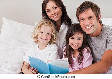 familia feliz, leer un libro