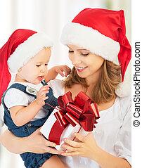 familia feliz, madre y bebé, con, regalo, en, sombreros de navidad