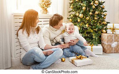 familia feliz, madre y bebé, en, mañana de navidad, en, árbol de navidad