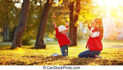 familia feliz, madre y niño, niña, juego, y, tiro, hojas, en, otoño, parque
