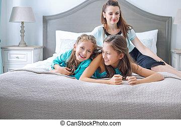 familia feliz, posar, en, dormitorio