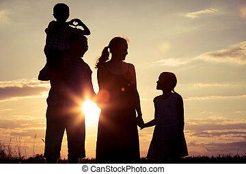 familia feliz, posición, en, el, campo, en, el, ocaso, time.