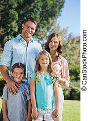 familia feliz, posición, en el campo